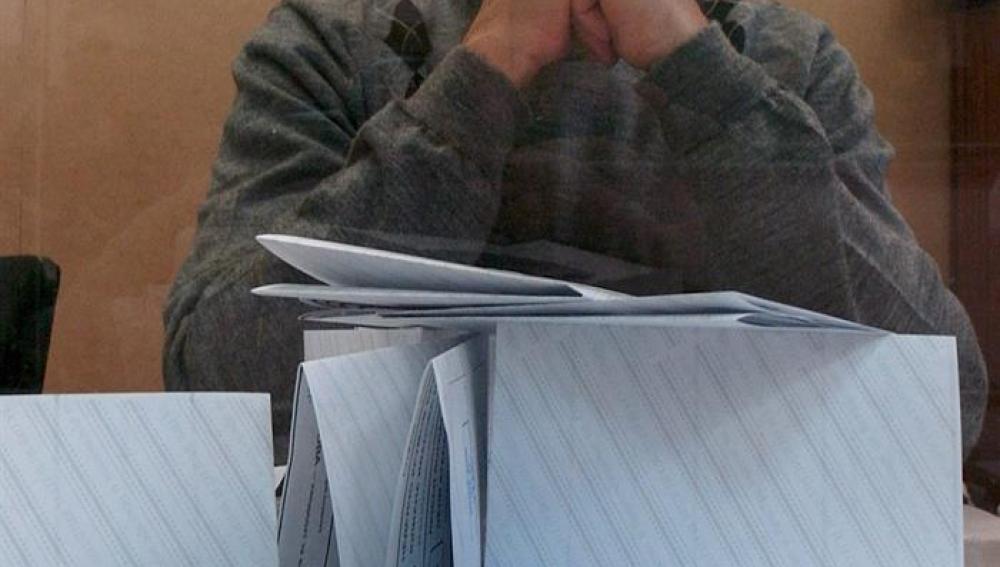 Un miembro de una mesa electoral observa los votos