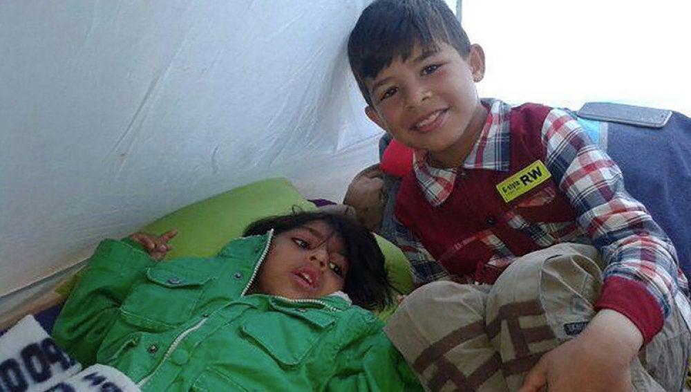 El pequeño Osman junto a uno de sus hermanos