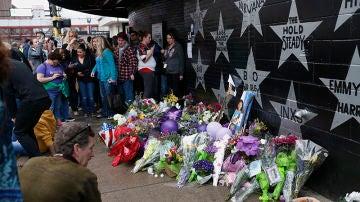 Los fans del artista se agrupan en la Primera Avenida de Minneapolis