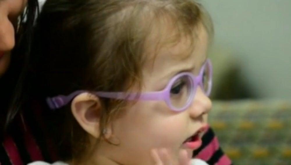 Así reacciona la pequeña Nicoly, ciega de nacimiento, al ver a su madre por primera vez