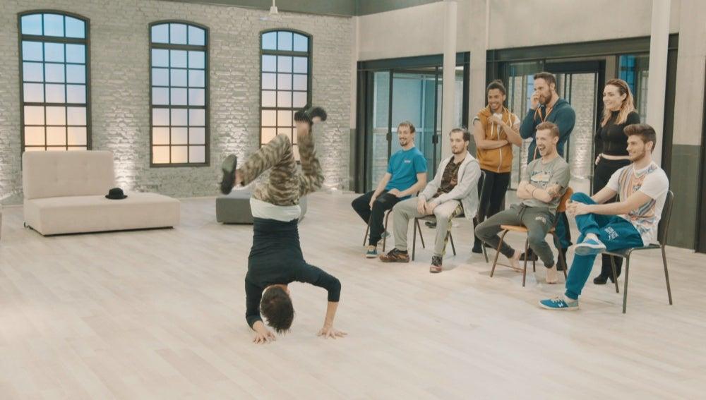 Kevin baila en tacones en la academia de 'Top Dance'