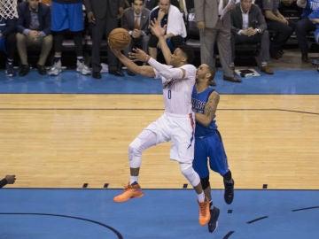 Russell Westbrook anota una canasta ante Dallas