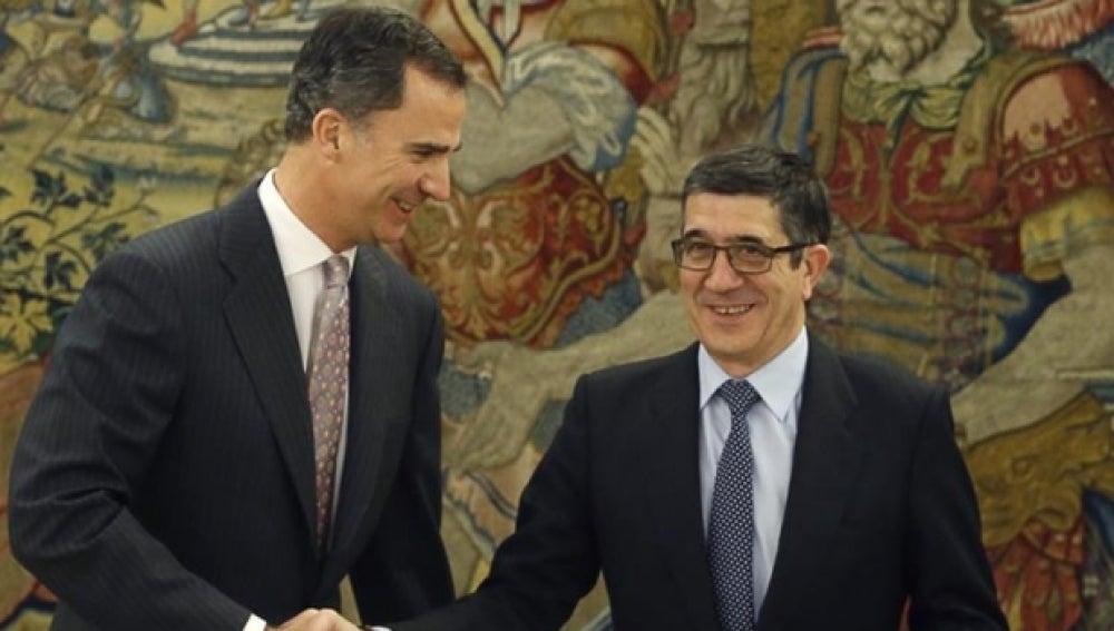 El Rey Felipe junto a Patxi López