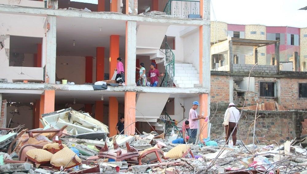 Operarios trabajan en Ecuador