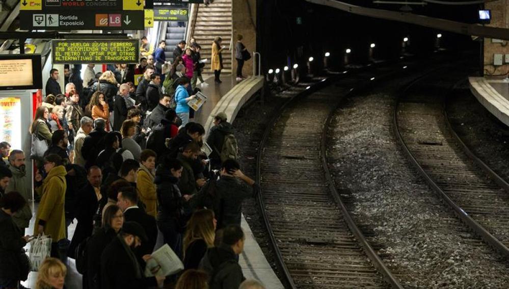 Usuarios del Metro de Barcelona durante la jornada de huelga