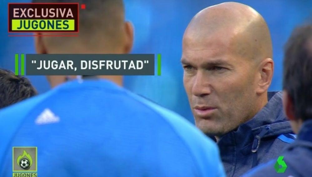 Zidane habla con sus jugadores en el Etihad Stadium