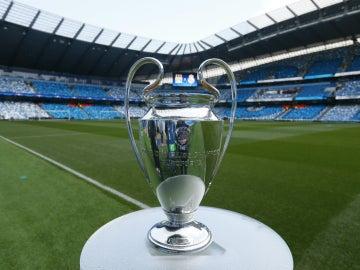 El trofeo de la Champions, en el Etihad Stadium