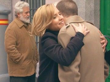 Carlota recibe la noticia de que puede reunirse con su hermano