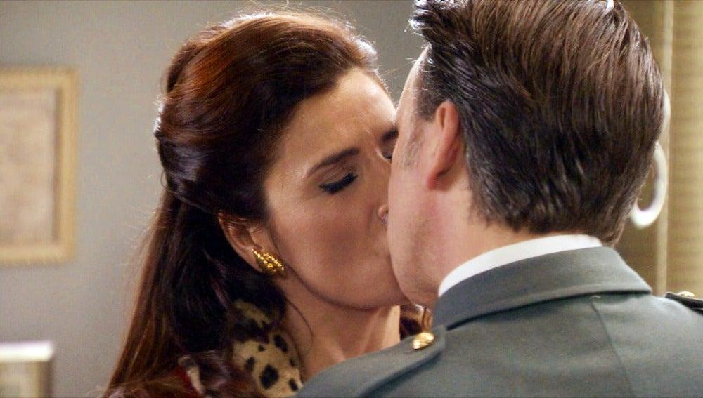 Tomás se lanza a besar  a Adela