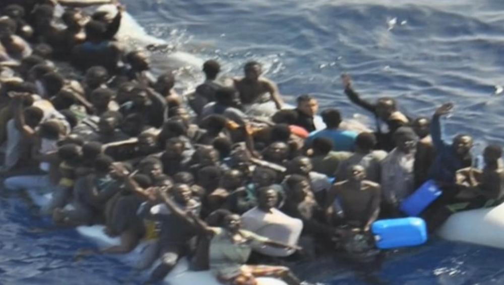 Una embarcación de inmigrantes en el Mediterráneo