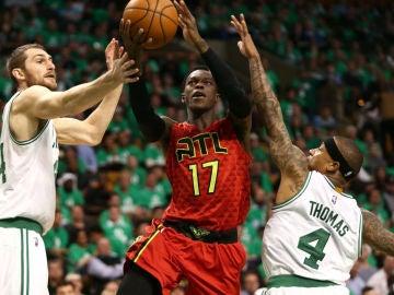 Dennis Schroder penetra a canasta ante la defensa de los Celtics