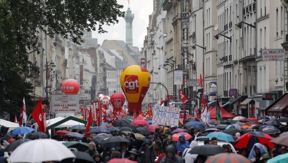 Trabajadores participan en una manifestación del Primero de Mayo en París