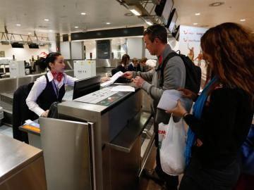 Una recepcionista atiende a los pasajeros