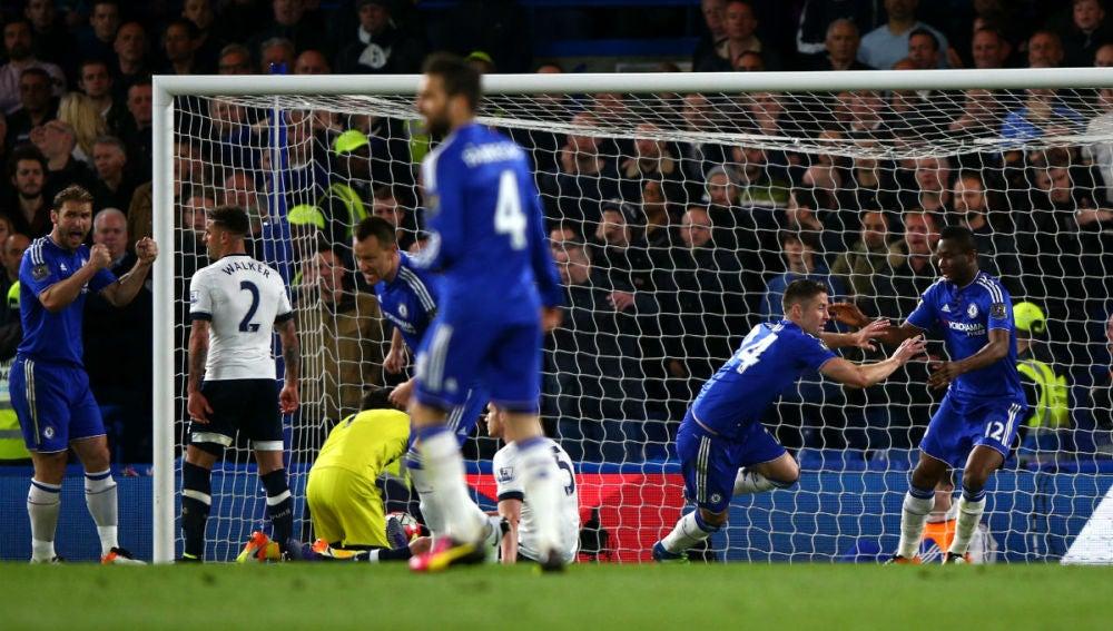 Cahill anota el primer gol ante el Tottenham