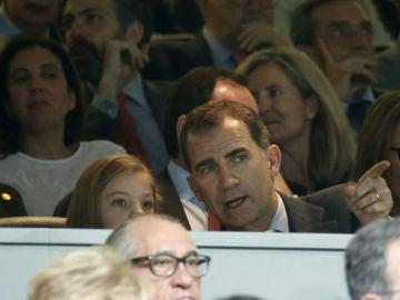 La Infanta Sofía y el Rey Felipe VI en el palco del Bernabéu