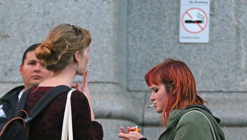 Varios jóvenes fumando