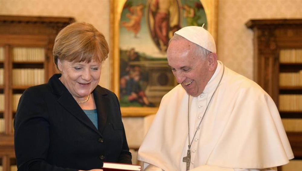 El Papa Francisco, junto a la canciller alemana Angela Merkel