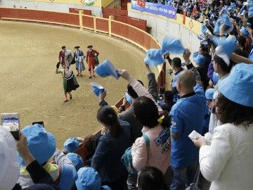 Los turistas chinos invitados por su jefe en un acto taurino