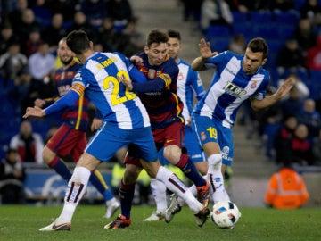 Messi, rodeado de jugadores del Espanyol