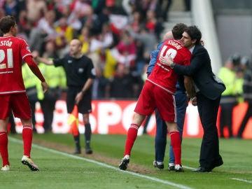 Stuani celebra su gol con Karanka