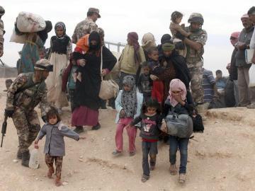 Refugiados sirios a su llegada este jueves a un campamento en el paso fronterizo de Al-Hadalat, cerca de Royashed, Jordania.