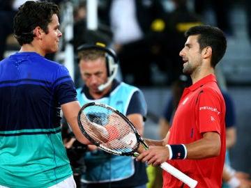 Djokovic saluda a Raonic tras su triunfo