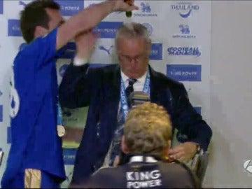 Claudio Ranieri bañado en champán