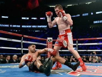 Amir Khan cae a la lona tras el derechazo de 'Canelo' Álvarez