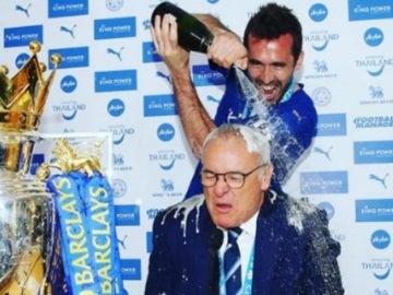 Ranieri, bañado en Champán en rueda de prensa