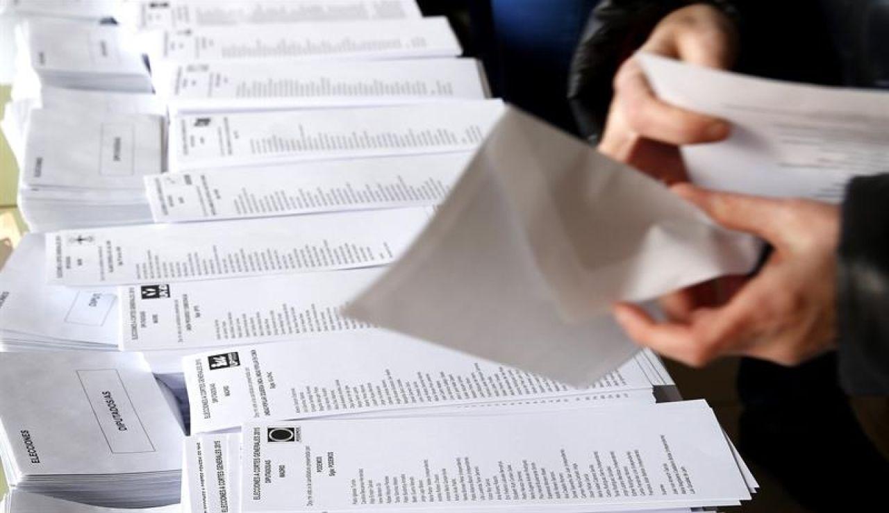 Elecciones generales 2019: Una persona selecciona una de las papeletas dispuestas en el colegio electoral
