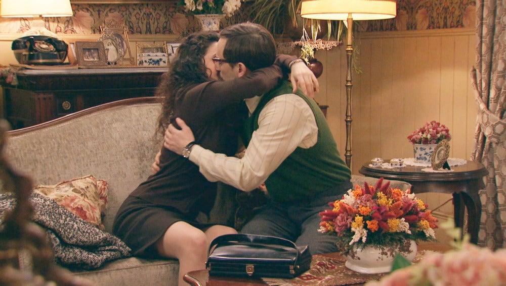 Beso apasionado entre Carmen y Mariano