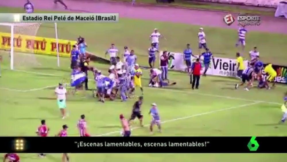 Frame 4.046104 de: Un hincha en Brasil muere tras ser apaleado en un campo de fútbol