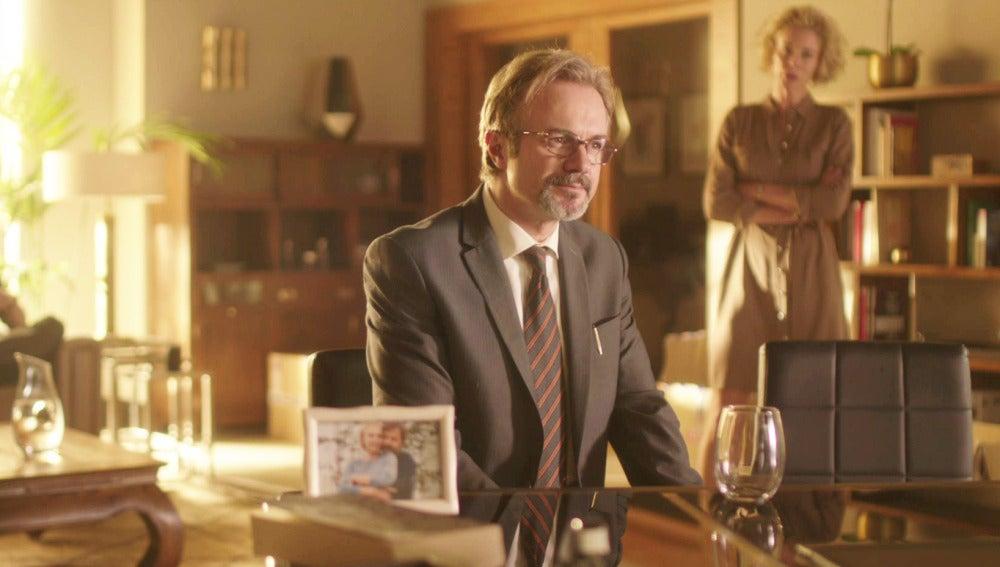 Bernardo le cuenta a Luis toda la verdad sobre la corrupción en la embajada