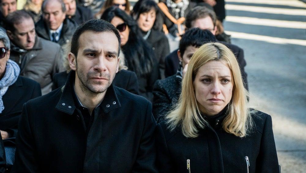 Román y Macarena en el funeral de su madre