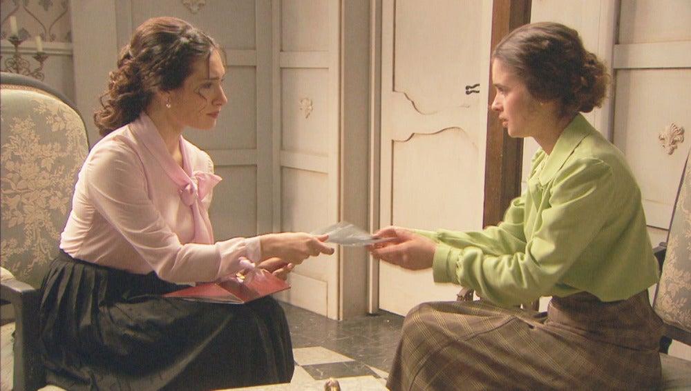 Camila enseña a Beatriz fotos de su pasado