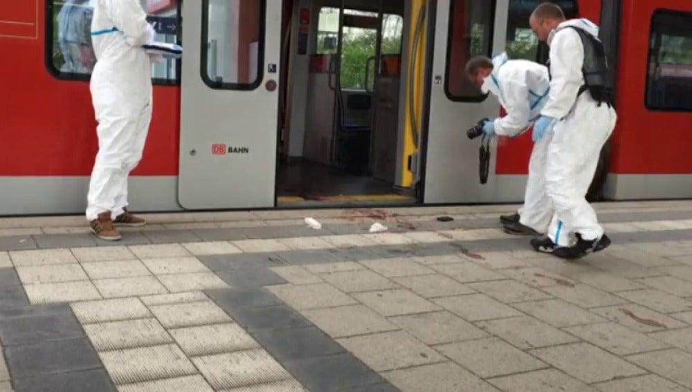 Frame 24.204663 de: Al menos un muerto en un apuñalamiento múltiple al grito de 'Alá es grande' en Múnich