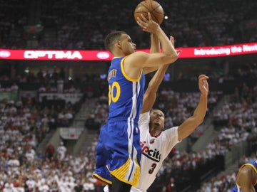 Stephen Curry lanza a canasta ante la defensa de McCollum