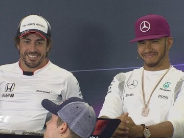 Alonso y Hamilton bromean en rueda de prensa