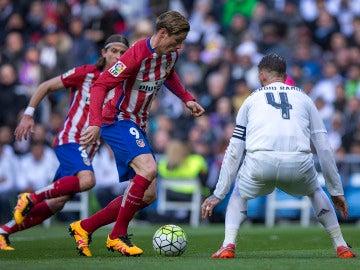 Fernando Torres enfrentando a Sergio Ramos en La Liga