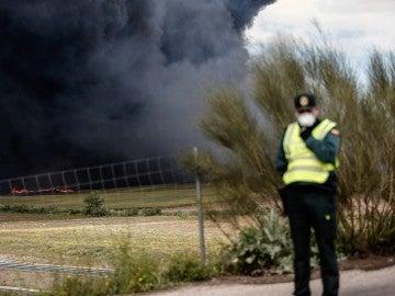 Un agente en la zona del incendio de Seseña