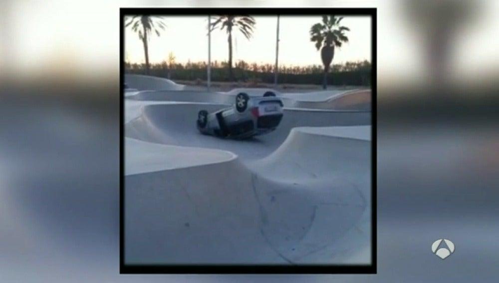 Coche volcado en una pista de skate