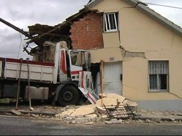 Frame 1.080949 de:  Un camión se empotra contra una casa