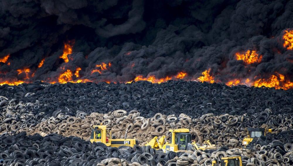 Vista del incendio producido en el cementerio de neumáticos de Seseña