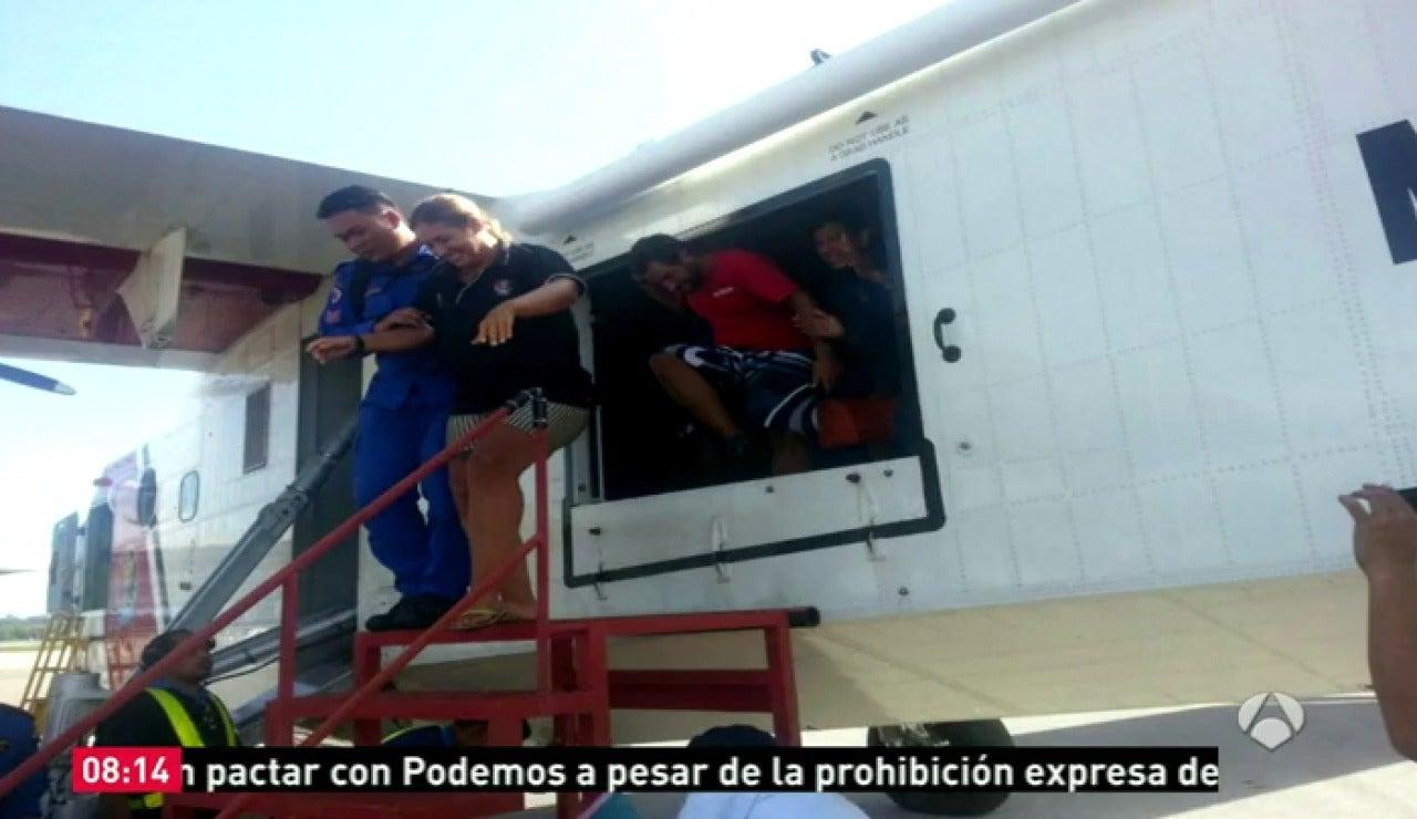 Frame 0.0 de: La pareja española rescatada en aguas de Malasia llega a tierra en buen estado