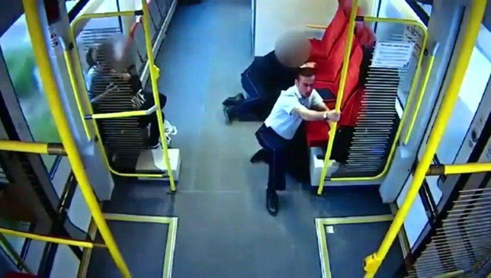 Frame 10.978997 de: La rápida actuación del conductor de un tren en Polonia, ha evitado una tragedia