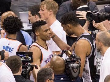 Russell Westbrook se saluda con Tim Duncan después del partido