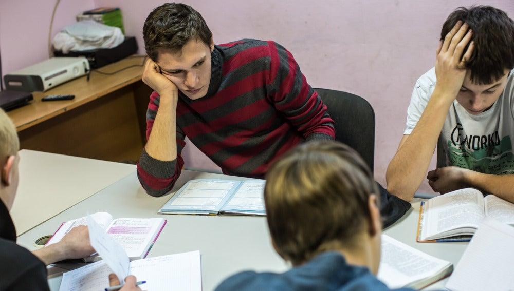 Un grupo de chicos estudiando