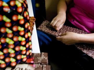 Mujeres mexicanas elaboran accesorios de diseño con envoltorios desechados de chocolatinas y otros productos