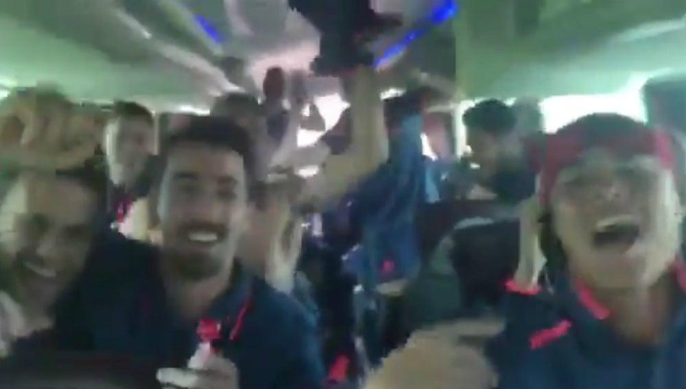Los jugadores del Granada, de fiesta en el autobús