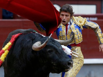 El diestro Fernando Robleño da un pase con la muleta a su primer toro